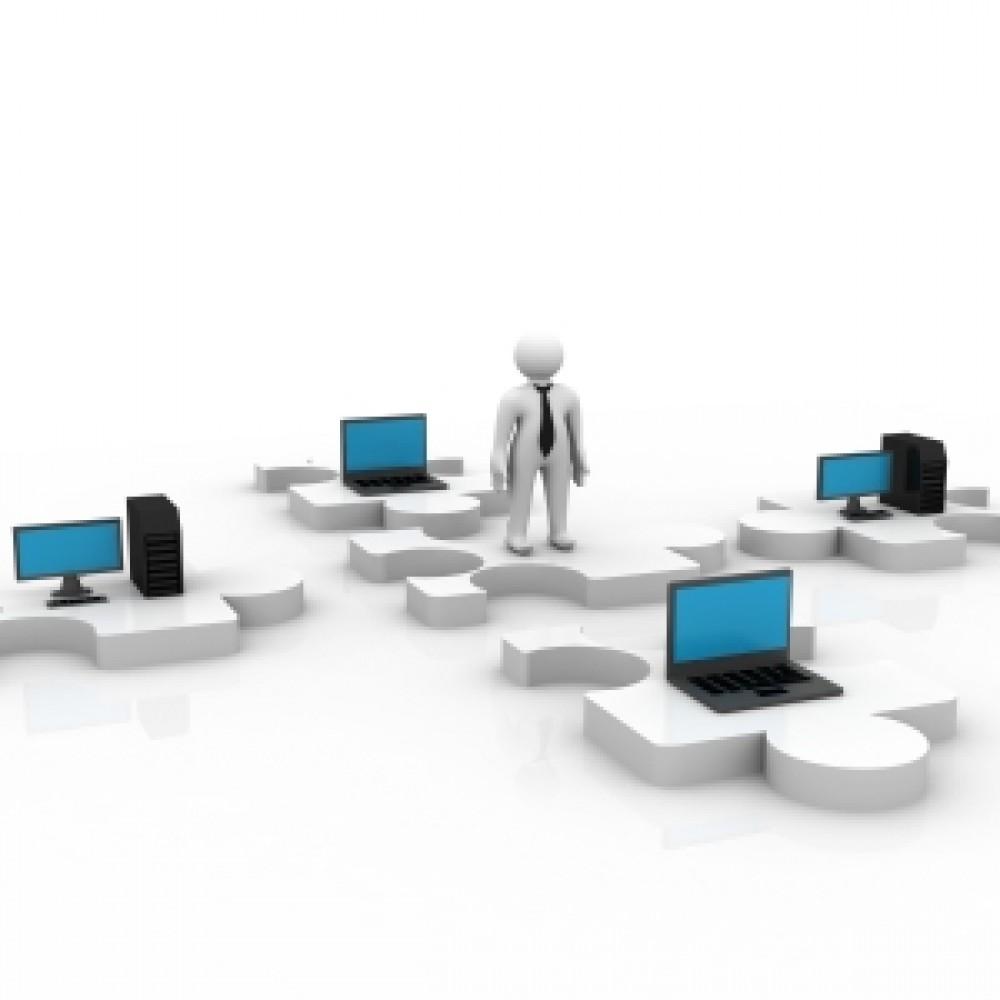 Muñeco en medio de varios ordenadores conectados